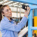 Trabajadora industria supervisión