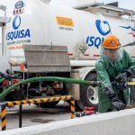 Obreros descargando químicos pipa isquisa