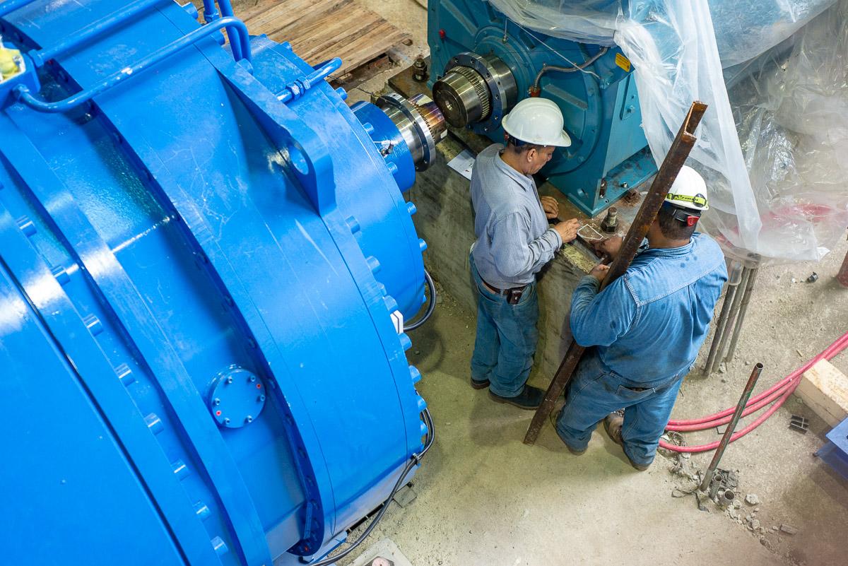 Obreros ingenio azucarero trabajando en preparación