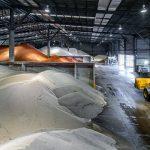 Bodega materias primas maquinaria payloader caterpillar trasladando fertilizantes