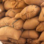 Costales de café verde almacenados