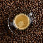 Taza de café espresso sobre granos tostados de café