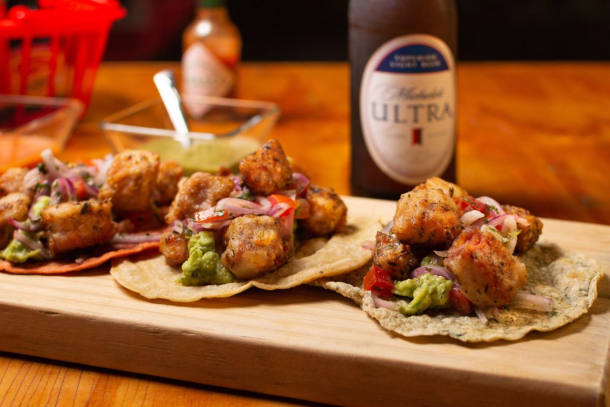 Tacos de carne con cebolla morada y cerveza Ultra