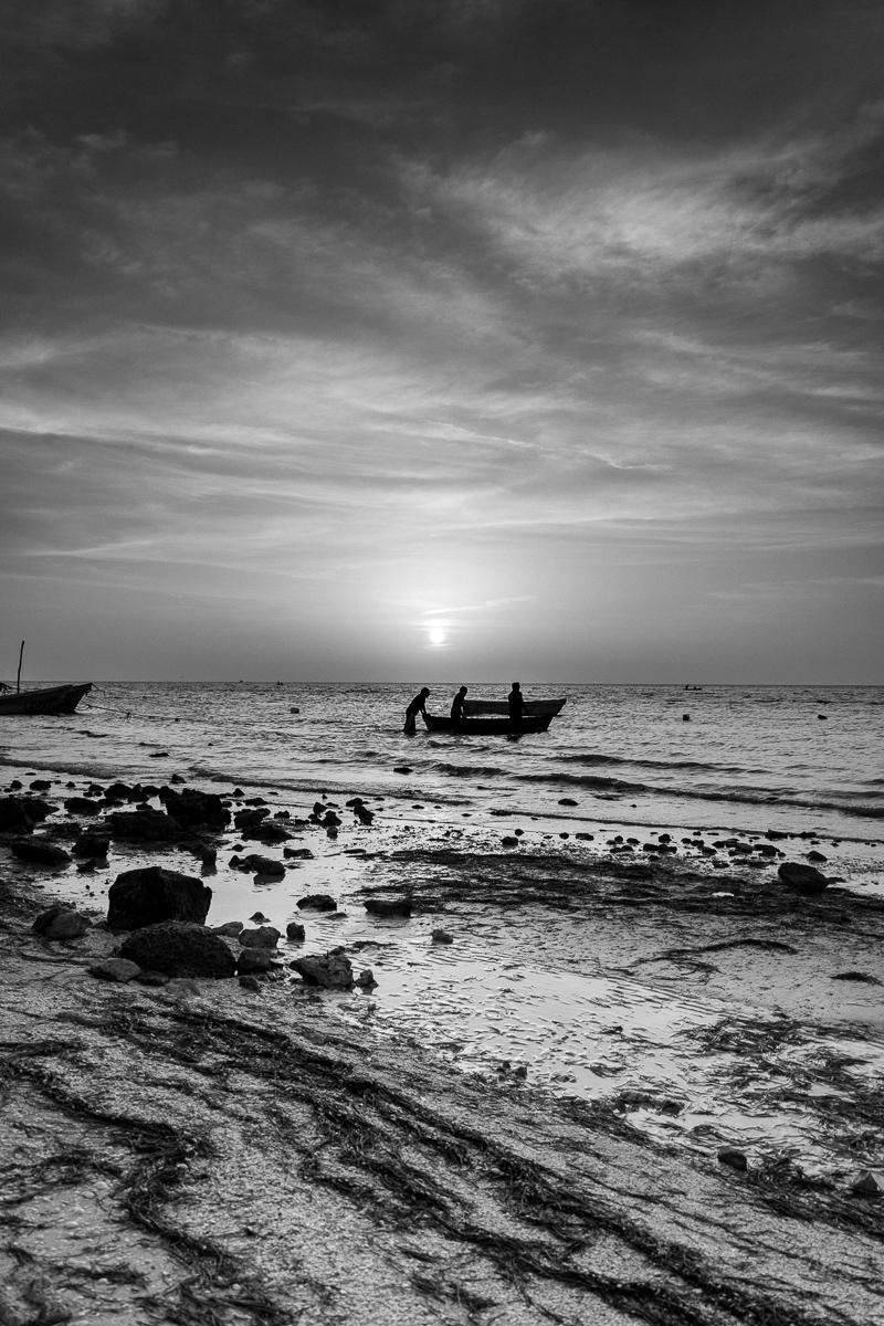 Atardecer en Puerto Progreso Yucatán pescadores blanco y negro sol en el horizonte